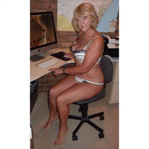 Femme mature du 40 exhibe nude